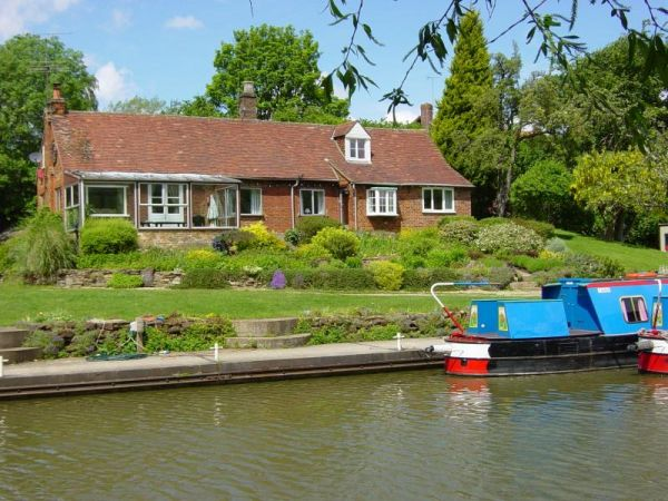 Waterside cottage waterside house in bedfordshire sleeps 11 for Leighton buzzard swimming pool