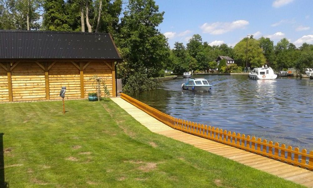 Willow Bend, Waterside Holiday Cottage in The Norfolk Broads