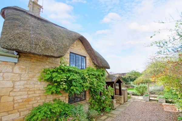 The Thatch Romantic Cottage In Cotswolds Sleeps 2 Log